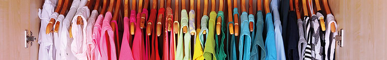vêtements sur cintres